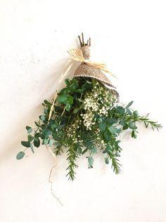 ○ドライフラワー香りのハーブ ユーカリとローズマリーのシンプルなドライフラワースワッグです。ローズマリーの香りが爽やかに広がります。ユーカリ、ローズマリーは共に半ドライの新鮮な物をスワッグにしてお届けしますので、お写真の物とは枝や葉の形が変わりますがご了承くださいませ。お飾り頂く環境にもよりますが、ドライフラワーの寿命は大体3ヶ月位です。3ヶ月〜から色が段々退色しアンティーク風になってきます。その色の変化もお楽しみいただけたらと思います。☆母の日ギフト用にはラッピングの際にThanks Motherカードをお付けします。○スワッグ 縦約45㎝ 横約30㎝ユーカリローズマリードライフラワー かすみ草ラフィア ナチュラル☆メッセージなどのお返事が遅くなる場合がございますが、追ってこちらからご連絡させていただきます。よろしくお願い致します。