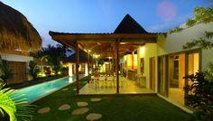 villa Thiara merupakan villa 4 kamar yang disewakan di Seminyak Bali untuk liburan anda. Villa thiara di malam hari nampak luar