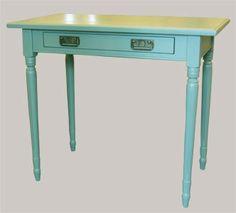 Vihreä kirjoituspöytä sopii pieneenkin tilaan. Green desk. juvi.fi #greendesk #täyttäpuuta #vihreä #sisustus #kirjoutuspöytä #työpöytä #konsolipöytä #taso #sivupöytä #shabbychic
