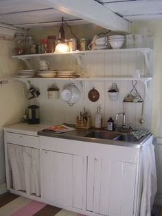 No need for a large space to create a modern kitchen, functional and full of charm. Ikea Kitchen, Kitchen Flooring, Rustic Kitchen, Kitchen Countertops, Vintage Kitchen, Country Kitchen, Kitchen Decor, Kitchen Design, Cozinha Shabby Chic