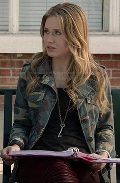 Amy's camo jacket on Faking It.  Outfit Details: http://wornontv.net/33526/ #FakingIt
