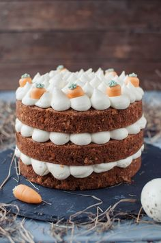 Zu Ostern gibt es dieses Jahr einen leckeren Naked Carrot Cake mit leckeren Nüssen und Frischkäse Frosting! Ein wahrer Hingucker auf der Ostertafel!