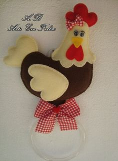 Pollo porta Strofinaccio Felt Crafts Diy, Sewing Crafts, Hand Embroidery Videos, Christmas Cushions, Cloth Flowers, Felt Baby, Fabric Toys, Felt Patterns, Crafts To Make And Sell