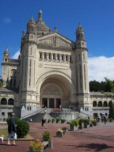 Sainte Thérèse de Lisieux ayant été béatifiée en 1923 et canonisée en 1925, il fut décidé de construire une grande basilique vouée au…