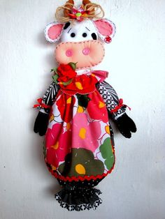 Puxa-Saco de vaquinha Sewing Art, Love Sewing, Sewing Crafts, Sewing Projects, Fabric Bags, Fabric Dolls, Kitchen Ornaments, Plastic Bag Holders, Cow Pattern