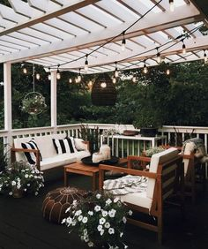 Pretty backyard pergola with vines, string lights and greenery. Great backyard design for parties. Home design decor inspiration ideas. Design Eclético, Patio Design, Home Design, Design Ideas, Exterior Design, Small Backyard Design, Terrace Design, Creative Design, Design Trends