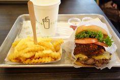 Shake ShackにチーズフライSレモネードS結構美味しかったけどこのセットで2000円オーバーなのでコスパは悪いなー #meallog #food #foodporn #burger #burger_jp #ハンバーガー #