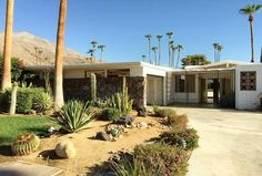 Recently listed is this Palmer & Krisel-designed condominium renovation opportunity in south Palm Springs' Canyon View Estates communi. Palm Springs, Mid Century Landscaping, Mid Century House, Cool Pools, Pool Landscaping, Home Decor Trends, Condominium, Midcentury Modern, Curb Appeal