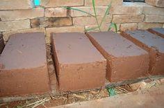 Hoy te enseño a como hacer un ladrillo de adobe. Técnica utilizada hace miles de años y muy efectiva, bajo costo, resistente y fácil de preparar.