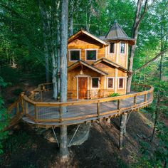 Unique Luxurious Tree House Hotel with a Spacious Wrap Around Deck in Asheville Discover this unique tree house hotel with spacious wrap around deck in Asheville. Beautiful Tree Houses, Cool Tree Houses, Amazing Tree House, Asheville, Stay In A Treehouse, Treehouse Vacations, Dreamland, Luxury Tree Houses, Tree House Plans