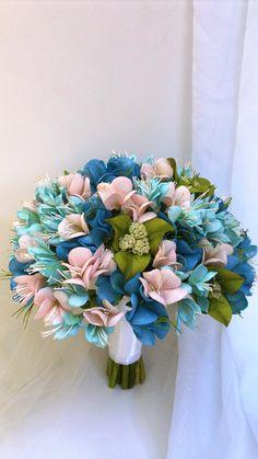 Um lindo buquê com um mix de azul e rosa