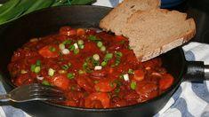 Na oleji orestujeme nadrobno nakrájenou cibuli a přidáme česnek na plátky. Pak zarestujeme na kousky nakrájenou klobásu. Přidáme koření a... Pitta, Chana Masala, Quinoa, Beef, Cooking, Ethnic Recipes, Treats, Bulgur, Meat