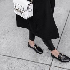 High Heels Daily Heels, stilettos and women's Shoes Gucci Brixton Loafer, Gucci Loafers, Black Loafers, Gucci Shoes, Loafers Outfit, Gucci Jordaan, Street Looks, Brunch Outfit, Casual Look