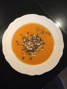 Gulerodssuppe med ristede græskarkerner og pinjekerner.
