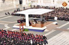 Els fidels, bisbes i cardenals escoltant les paraules del Papa