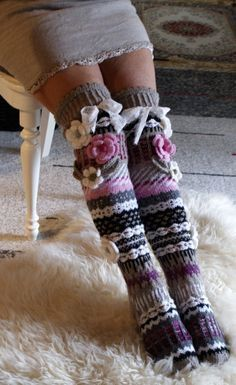 Knitted Knee Length Striped Socks with Flowers Pattern Knitted Socks Free Pattern, Crochet Slippers, Knitting Socks, Hand Knitting, Knitting Patterns, Knit Crochet, Crochet Patterns, Patterned Socks, Striped Socks