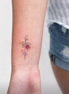 ▷ 1001 + ideas and models for beautiful small tattoos tatuagem tatuagem cascavel tatuagem de rosa tatuagem delicada tatuagem e piercing manaus tatuagem feminina tatuagem moto clube tatuagem no joelho tatuagem old school tatuagem piercing tattoo shop Mini Tattoos, Dainty Tattoos, Small Flower Tattoos, Small Wrist Tattoos, Little Tattoos, Unique Tattoos, Body Art Tattoos, God Tattoos, Cross Tattoo On Wrist