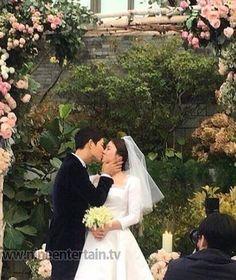 Song Joong Ki and Song Hye Kyo married on October 2017 Korean Celebrities, Korean Actors, Korean Dramas, Wedding Couples, Cute Couples, Wedding Pics, Wedding Ceremony, Soon Joong Ki, Decendants Of The Sun