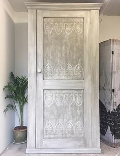 This is a combination of linen, raw silk and champagne metallic in the Fusion mineral paint line. For the centre panels the artist used fusions fresco to create texture, then stencilled using a cardboard cut out. Furniture Care, Paint Furniture, Furniture Makeover, Furniture Refinishing, Furniture Projects, Craft Projects, Stencil Wood, Stencil Painting, Paint Line