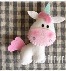 Risultati immagini per molde unicornio em feltro Fabric Crafts, Sewing Crafts, Sewing Projects, Felt Christmas Ornaments, Christmas Crafts, Little Presents, Unicorn Crafts, Felt Decorations, Felt Brooch