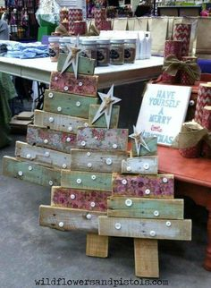 CRAFT w pallet wood: christmas trees, christmas decorations, painted furniture, pallet Noel Christmas, Rustic Christmas, All Things Christmas, Christmas Ornaments, Christmas Signs, Christmas Projects, Holiday Crafts, Pallet Wood Christmas Tree, Pallet Crafts
