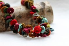 Beautiful crochet necklace made by Chez Facile Cecile. Free pattern in French. ༺✿Teresa Restegui http://www.pinterest.com/teretegui/✿༻