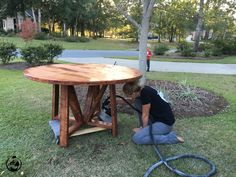 We wanted to build an awesome round dining table, but didn't want to deal with the hassle of using a jigsaw and getting a not to perfect circle. Round Outdoor Table, Circle Dining Table, Round Farmhouse Table, Diy Dining Room Table, Patio Table, Farmhouse Ideas, Outdoor Dining, Dining Rooms, Farmhouse Style