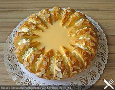 4 m.-große Ei(er) 160 g Zucker 200 g Mehl ½ TL Backpulver 1 Glas Preiselbeeren, abgetropft 6 EL Eierlikör 750 g Sahne 3 Pck. Vanillezucker 3 Pck. Sahnesteif 50 g Mandel(n), gehobelte 2 EL Marmelade (Aprikose-) 2 EL Rum oder Orangensaft Fett für die Form Eierlikör zum Garnieren