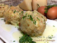 Nato come piatto povero di recupero trentino, i canederli al formaggio sono preparati con pane raffermo e conditi al burro o lasciati nel brodo di cottura.