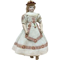 Another little treasure gathered during my travels to France. Doesn't mademoiselle Huret look ravishing in her summer frock? (Doll and hat not