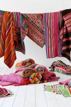 Hermosos textiles, provenientes del Perú y Bolivia