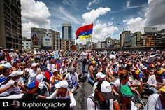 Foto de @bvphotographer La derecho de marchar y protestar por en medio de la calle #ccs #caracas #caracascamina  Fotografia del 6 de Mayo del 2017 #venezuela #caracas #protesta #mujeres #pauta #fotodeldia #fotografia #fotoperiodismo #canonphoto #canonphotography #photojournalism #photooftheday #color #marcha #sociedadgourmet