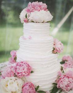 It's never a bad idea to have an abundance of florals surrounding your cake like this!
