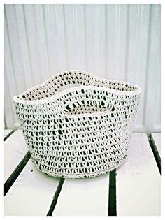 """Kosz zaplątany """"B&W"""" model no.2 - Dwa Guziki - design dla Twojego domu. 100% hand made."""