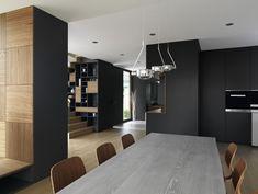 Moderne Holzmöbel in einem Fertighaus mit minimalistischen Design