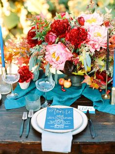 Mesas de invitados con decoración azul