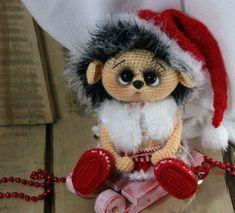 Викторина-онлайн. Угадай руку мастера. 10. Ежичка Сантанка Crochet Animals, Crochet Toys, Christmas Toys, Christmas Ornaments, Best Kids Toys, Amigurumi Toys, Christmas Tree Decorations, Cool Toys, Crochet Patterns