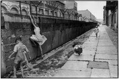 Brussels World's Fair, 1958 West Berlin, 1962 Source © Henri Cartier-Bresson/Magnum Photos Classic Photography, Candid Photography, Black And White Photography, Street Photography, Reportage Photography, West Berlin, Berlin Wall, Magnum Photos, Fotos De Henri Cartier Bresson