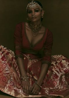 "Unfair & Lovely: ""The Palace of Gold"" by Amrapali challenging Asian beauty standards with brown models Vogue Fashion Photography, Indian Photography, Photography Women, Digital Photography, Indian Photoshoot, Saree Photoshoot, Fashion Themes, Fashion Poses, Palace Of Gold"