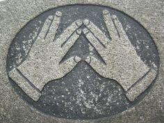 Sur les pierres tombales juives, toutes celles présentant la symbolique des mains levées en signe de bénédiction désignent un Cohen (pluriel: cohanim), descendant de Aaron, le premier grand prêtre (archiprêtre) Cohen Gadol et les prêtres du Temple.