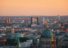 Berlino - Dai tetti di Potsdamer Platz alle vecchie fabbriche riconvertite: cinque tappe verdi da percorrere in bici con attenzione ai consumi energetici e al rispetto per l'ambiente.