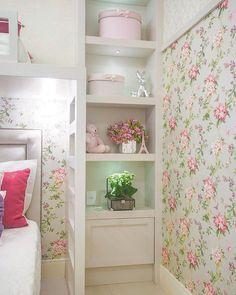 Bom dia! Nada como um papel de parede floral pra homenagear a chegada da estação mais romântica do ano. É primavera!!!💗 Papéis de parede: @blumhaus  #quartodasirmãs #quartos #quartodemenina #quartodecriança #quartoteen #decor #decoração #decoraçãodeinteriores #detalhes #details #interiores #interiordesign #girlsrooms #projetorenatazanatta #home #homedecor #lovehome #lar #riodejaneiro #rj