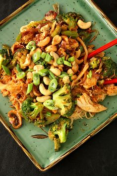 Spicy Peanut Chicken Half a package of rice noodles 2 boneless/skinless chicken breast 3 cups of broccoli 1 red onion 2 tbsp of peanut butter 1 tbsp of soy sauce 1 tbsp of curry paste 1 tbsp of honey Asian Recipes, Gourmet Recipes, Cooking Recipes, Healthy Recipes, Cooking Ham, Fast Recipes, Delicious Recipes, Chicken Rice Noodles, Chicken Spaghetti