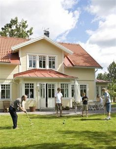 Eller en ljus, fräsch gul? Swedish Cottage, Roof Lines, Exterior Colors, Curb Appeal, Sweet Home, Villa, Mansions, Architecture, House Styles