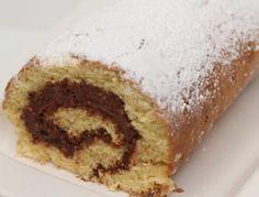 Für die Biskuitroulade mit Pariser Creme Eier, Zucker und Vanillezucker schaumig rühren. Mehl mit Backpulver vermischen und langsam einrühren. Auf
