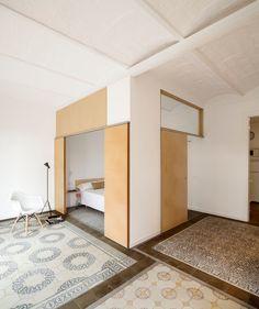 Appartement Eixample à Barcelone par Adrian Elizalde - Journal du Design Apartment Renovation, Renovations, Apartment, Small Apartments, Small Apartment Renovation, Bedroom Nook, Barcelona Apartment, Small Bedroom, Interior Architecture