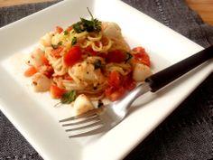 Espaguete de abobrinha com tomatinhos, muçarela de búfala emanjericão