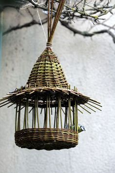 Not sure how the base is holding on, but birds are light! From Karen Vannerie Newspaper Basket, Newspaper Crafts, Willow Weaving, Basket Weaving, Bird Cages, Bird Feeders, Basket Willow, Deco Nature, Weaving Art