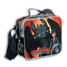 Jak vycvičit draka - Sportovní taška přes rameno. Krásná taška přes rameno, do které se vejde spousta věcí. Popruh má nastavitelnou velikost. Kapsa tašky se uzavírá na zip. Po obvodu obrázku je stříbrně reflexní okraj, aby byly děti za tmy lépe vidět.