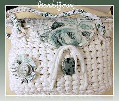 Barbijoux: Borsina in fettuccia bianca con patella eseguita in feltro molto particolare e rosellina in feltro